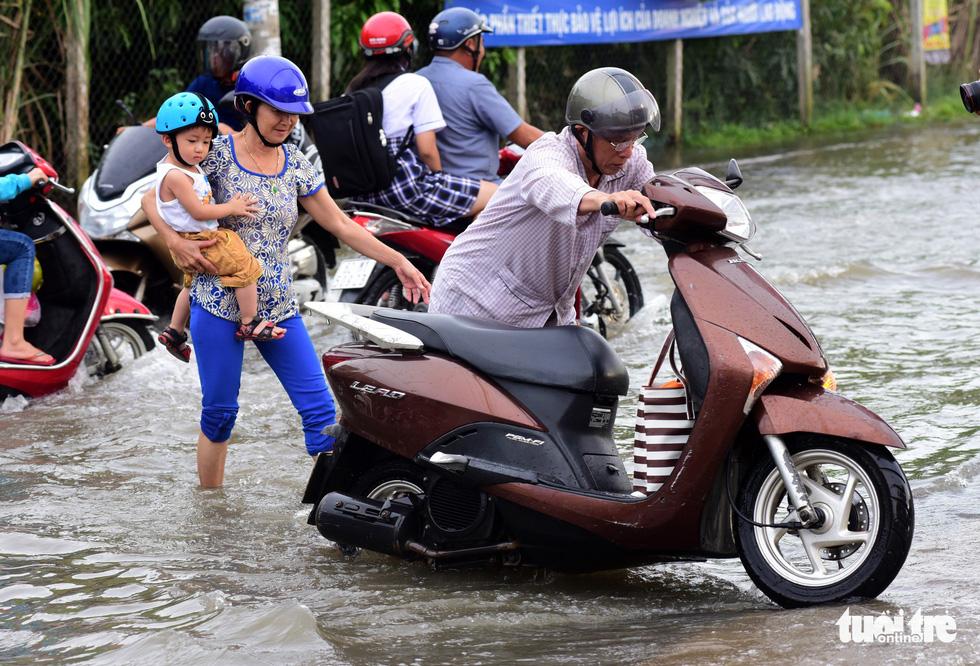 Dân Sài Gòn vất vả trong triều cường - Ảnh 10.