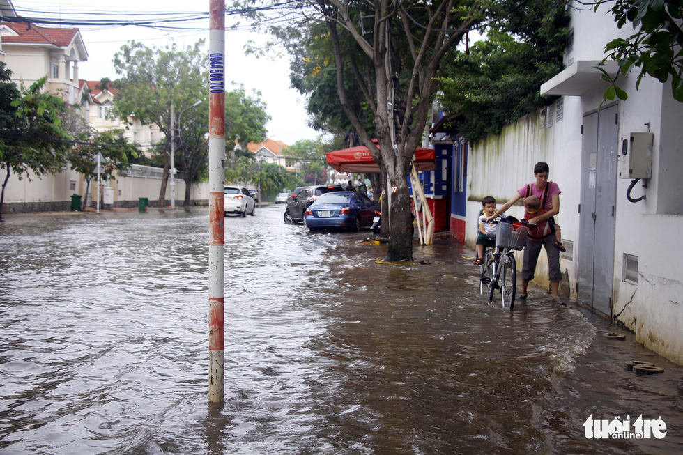 Dân Sài Gòn vất vả trong triều cường - Ảnh 13.