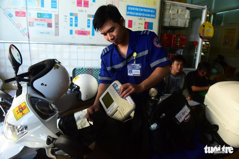 Bệnh nhân đầu tiên được cấp cứu bằng xe hai bánh - Ảnh 3.