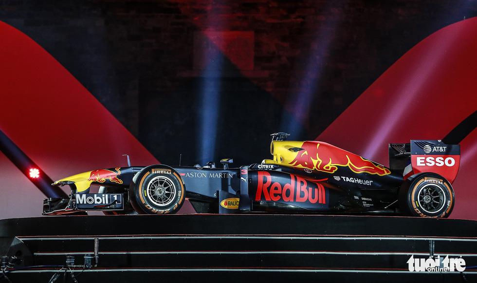 Siêu xe đua F1 xuất hiện tại Hà Nội - Ảnh 6.