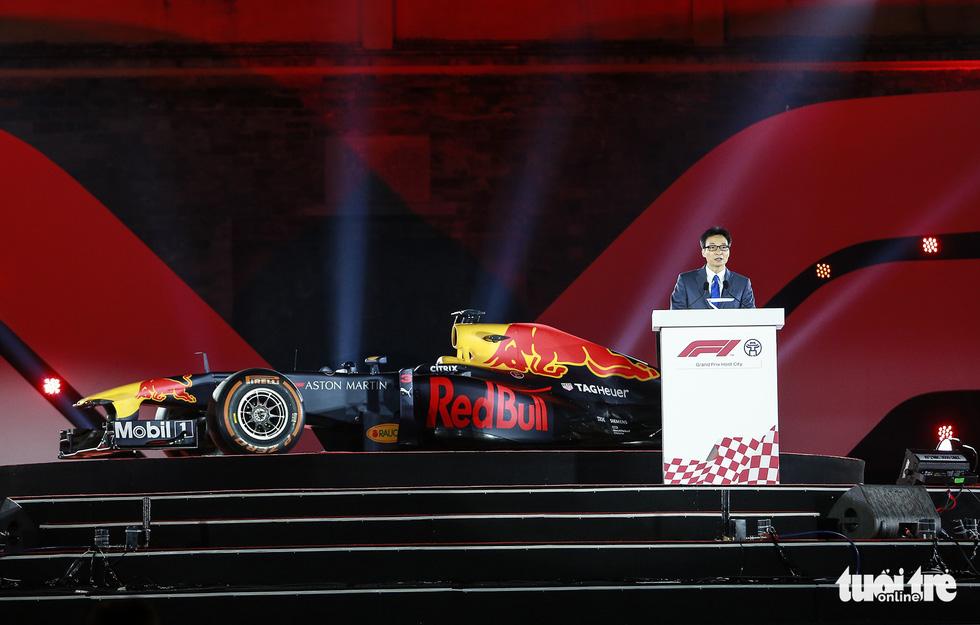 Siêu xe đua F1 xuất hiện tại Hà Nội - Ảnh 1.