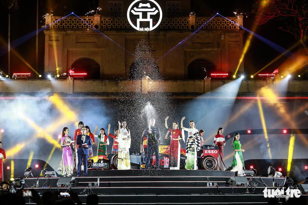 Siêu xe đua F1 xuất hiện tại Hà Nội - Ảnh 7.