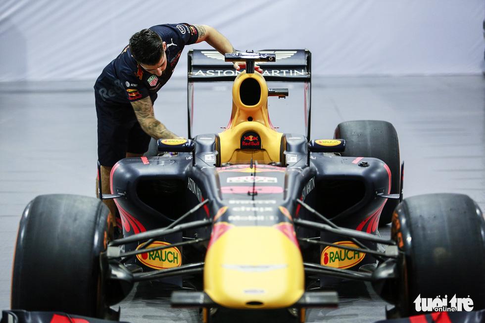 Siêu xe đua F1 xuất hiện tại Hà Nội - Ảnh 9.