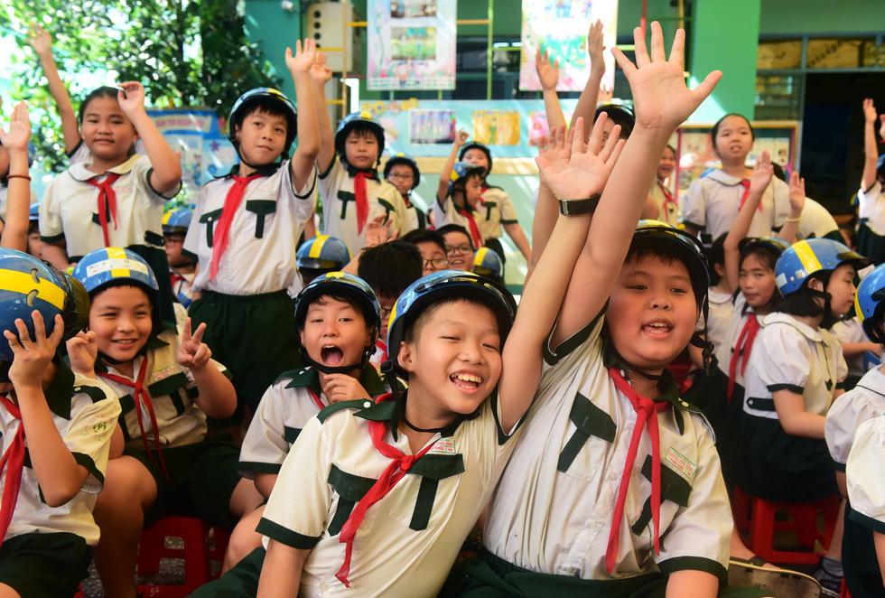 Học trò Sài Gòn đội mũ bảo hiểm, nhảy flashmob với khách Thụy Điển - Ảnh 5.