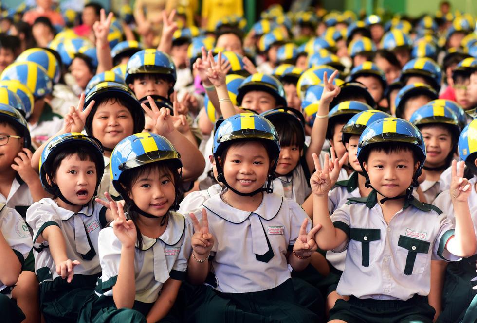 Học trò Sài Gòn đội mũ bảo hiểm, nhảy flashmob với khách Thụy Điển - Ảnh 6.