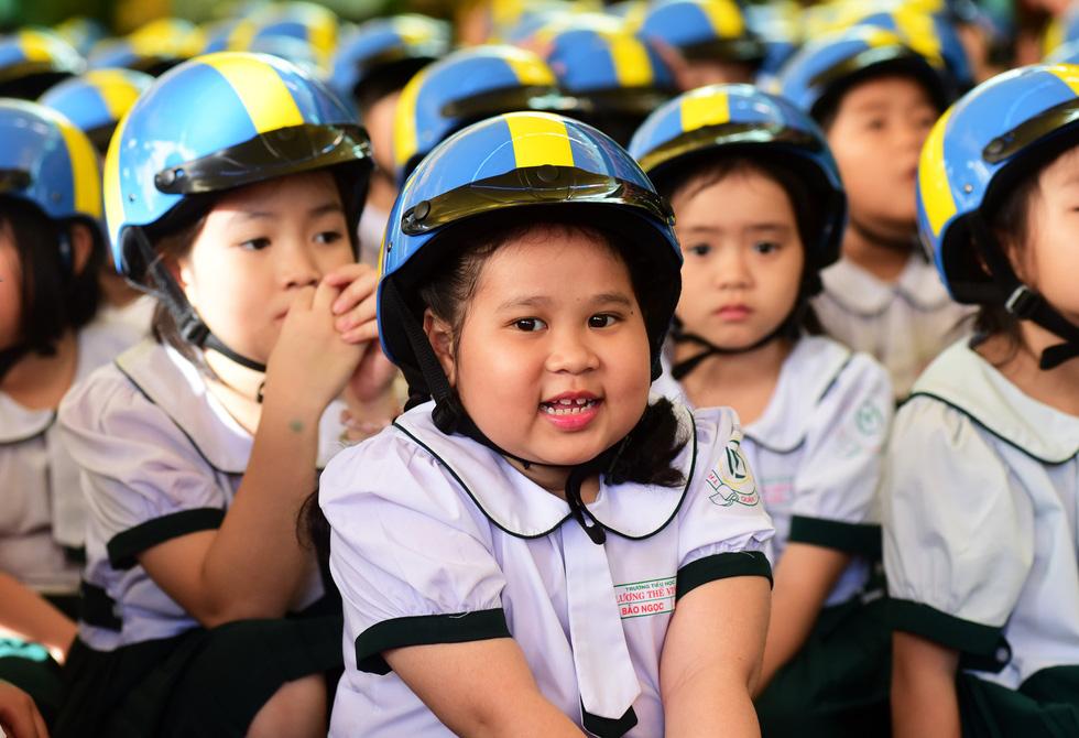 Học trò Sài Gòn đội mũ bảo hiểm, nhảy flashmob với khách Thụy Điển - Ảnh 7.