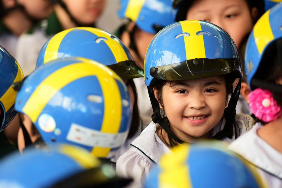 Học trò Sài Gòn đội mũ bảo hiểm, nhảy flashmob với khách Thụy Điển - Ảnh 4.