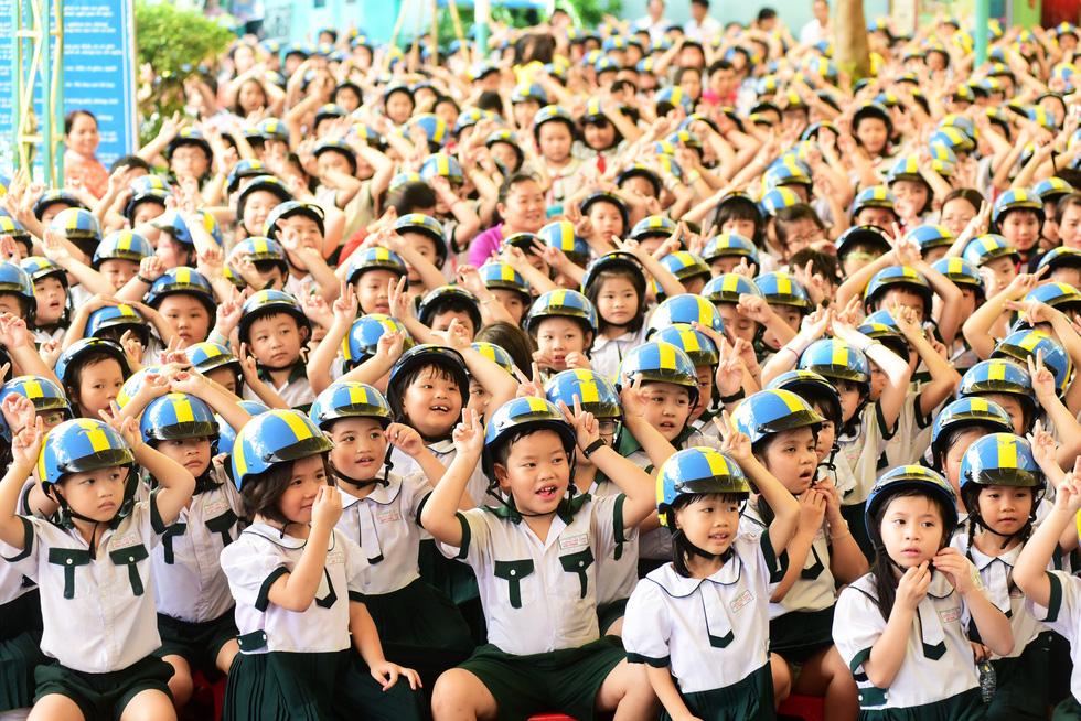 Học trò Sài Gòn đội mũ bảo hiểm, nhảy flashmob với khách Thụy Điển - Ảnh 8.