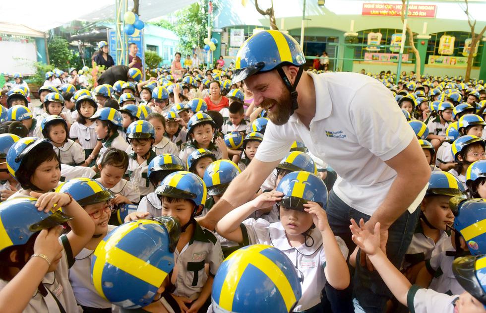 Học trò Sài Gòn đội mũ bảo hiểm, nhảy flashmob với khách Thụy Điển - Ảnh 3.