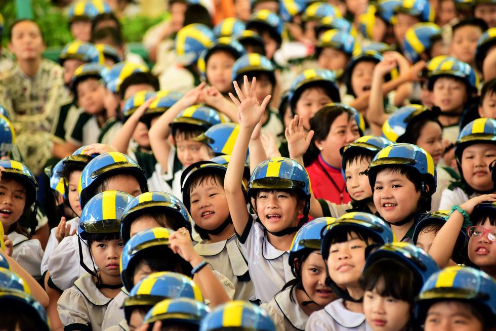 Học trò Sài Gòn đội mũ bảo hiểm, nhảy flashmob với khách Thụy Điển - Ảnh 9.