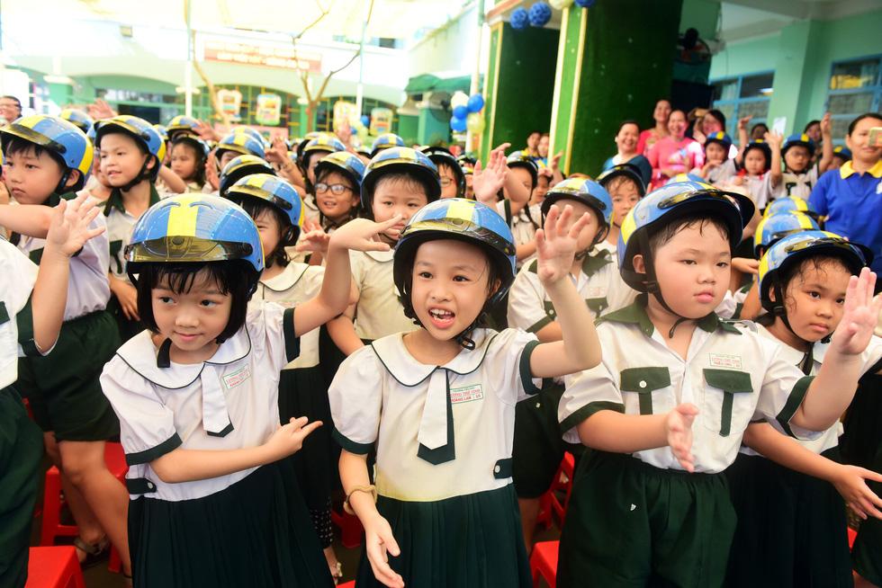 Học trò Sài Gòn đội mũ bảo hiểm, nhảy flashmob với khách Thụy Điển - Ảnh 2.