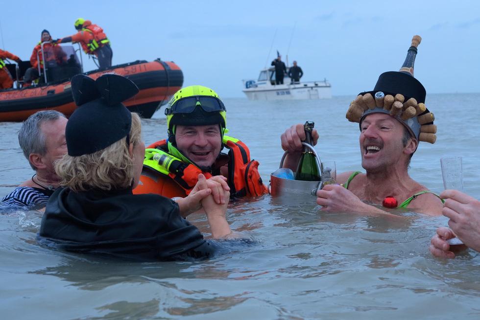 Bơi trong nước lạnh mừng năm mới ở khắp nơi - Ảnh 14.