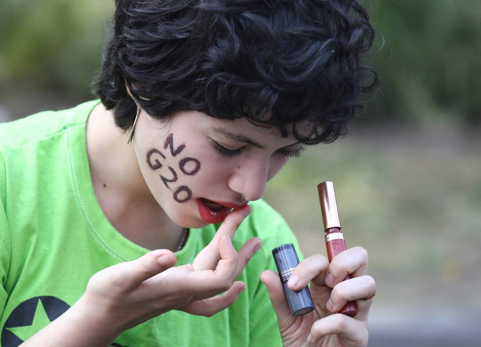 Muôn mặt biểu tình chống G20 ở Argentina - Ảnh 7.