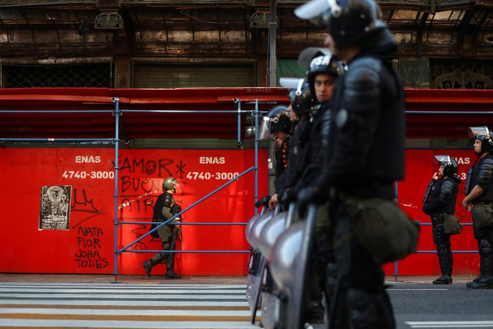 Muôn mặt biểu tình chống G20 ở Argentina - Ảnh 9.