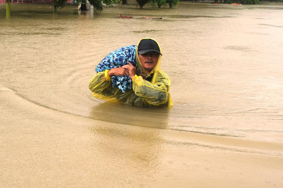 Nước dâng cao, bộ đội biên phòng vượt lũ cứu dân - Ảnh 5.