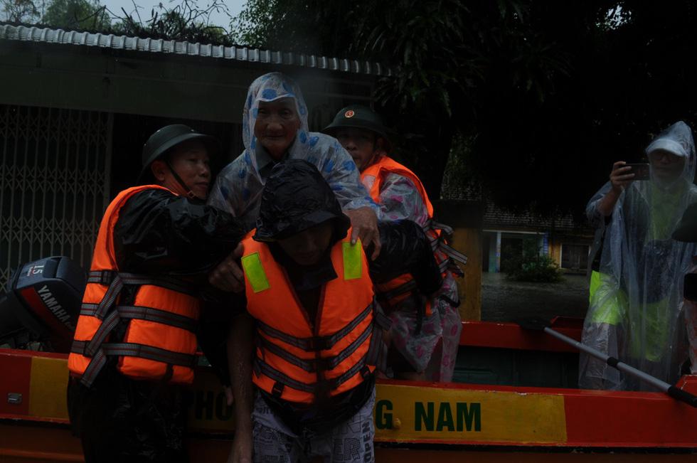 Nước dâng cao, bộ đội biên phòng vượt lũ cứu dân - Ảnh 6.