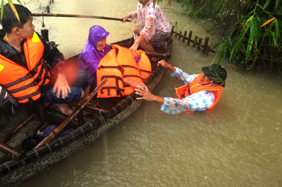 Nước dâng cao, bộ đội biên phòng vượt lũ cứu dân - Ảnh 8.
