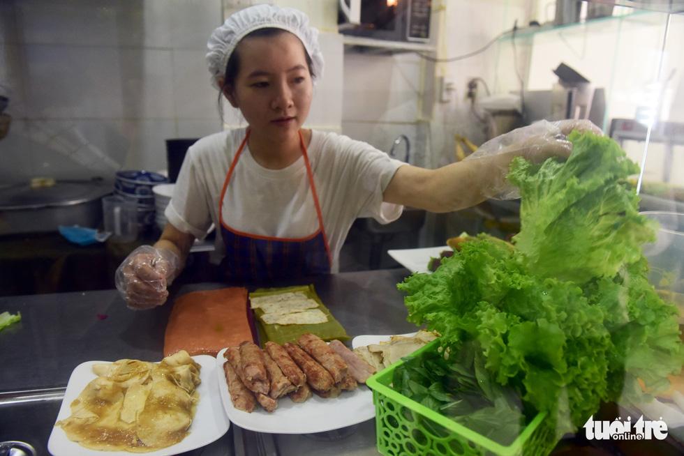 Người phụ nữ tô màu cho bánh phở Việt - Ảnh 7.