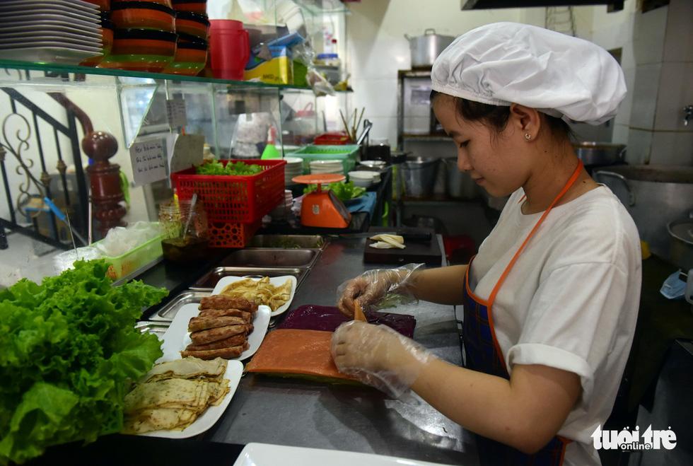 Người phụ nữ tô màu cho bánh phở Việt - Ảnh 9.