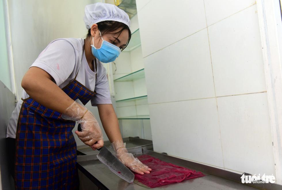 Người phụ nữ tô màu cho bánh phở Việt - Ảnh 8.