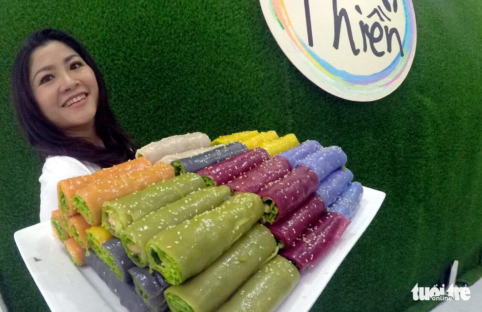 Người phụ nữ tô màu cho bánh phở Việt - Ảnh 1.