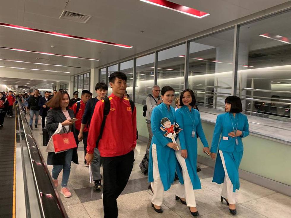 Tuyển Việt Nam về đến Hà Nội đêm khuya, người hâm mộ chờ đón - Ảnh 11.