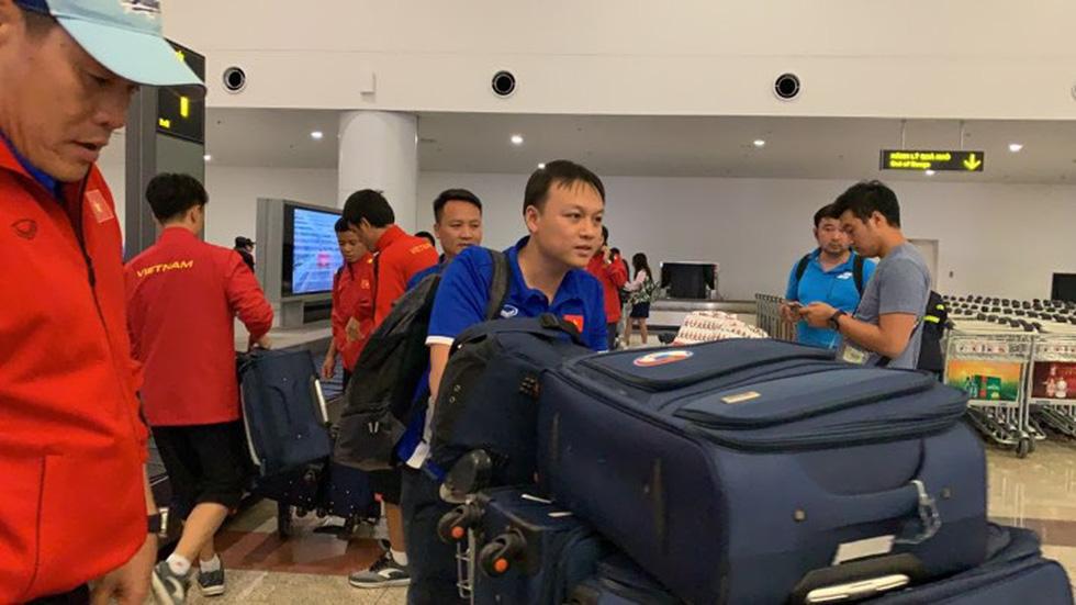 Tuyển Việt Nam về đến Hà Nội đêm khuya, người hâm mộ chờ đón - Ảnh 13.