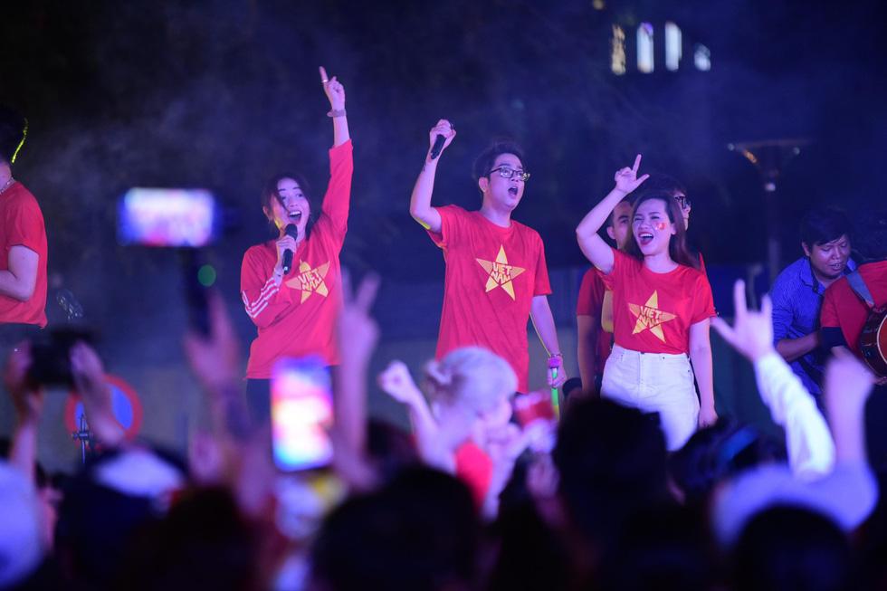 100 nghệ sĩ livestream tưng bừng phố đi bộ Nguyễn Huệ trước giờ bóng lăn - Ảnh 2.