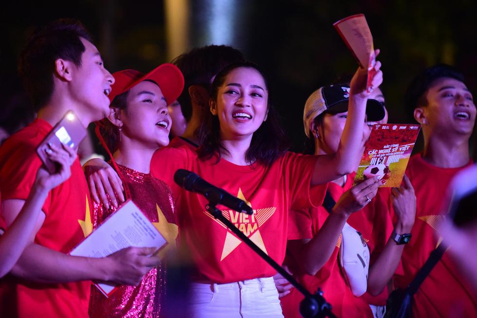100 nghệ sĩ livestream tưng bừng phố đi bộ Nguyễn Huệ trước giờ bóng lăn - Ảnh 10.