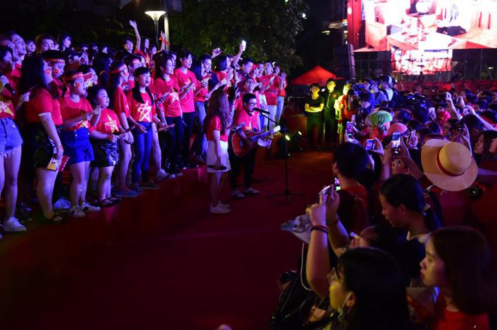100 nghệ sĩ livestream tưng bừng phố đi bộ Nguyễn Huệ trước giờ bóng lăn - Ảnh 9.
