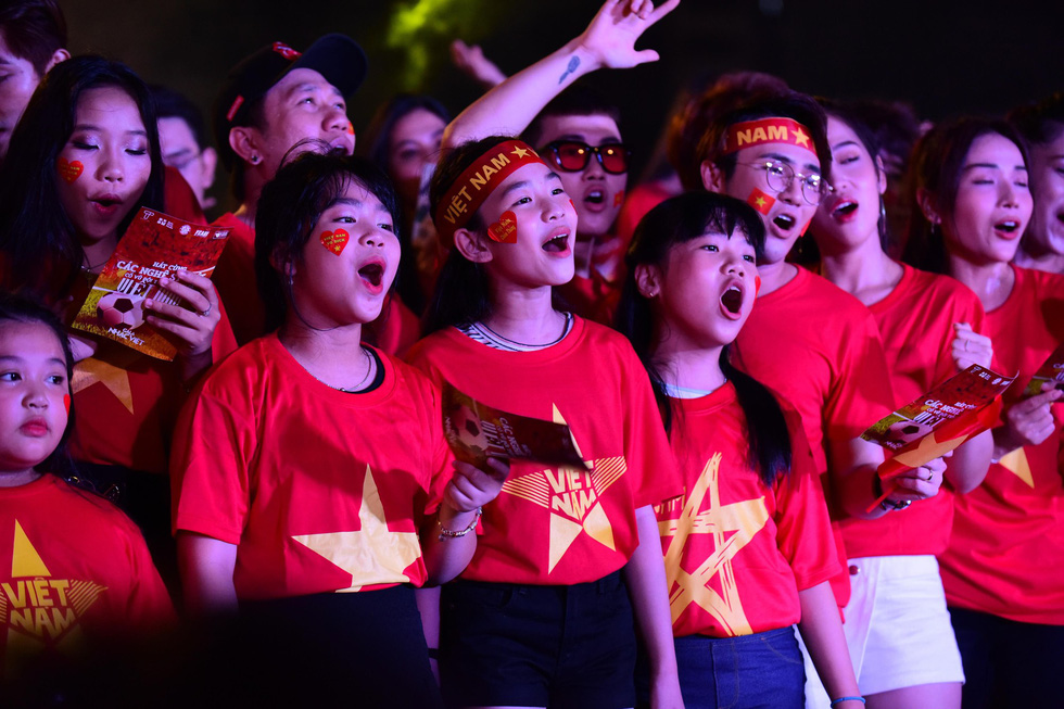 100 nghệ sĩ livestream tưng bừng phố đi bộ Nguyễn Huệ trước giờ bóng lăn - Ảnh 11.