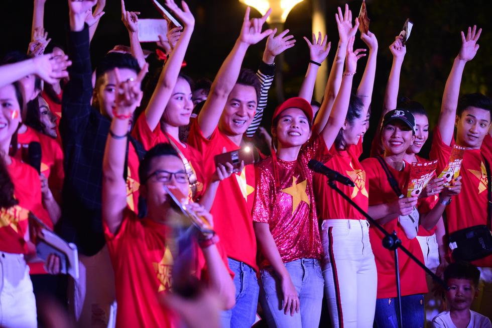 100 nghệ sĩ livestream tưng bừng phố đi bộ Nguyễn Huệ trước giờ bóng lăn - Ảnh 12.