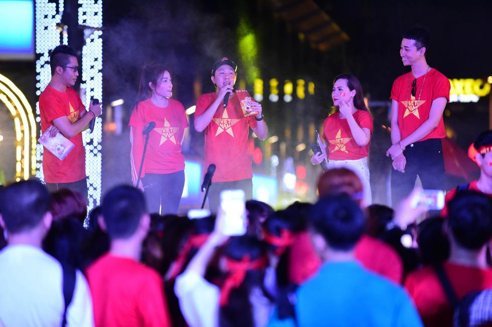 100 nghệ sĩ livestream tưng bừng phố đi bộ Nguyễn Huệ trước giờ bóng lăn - Ảnh 3.