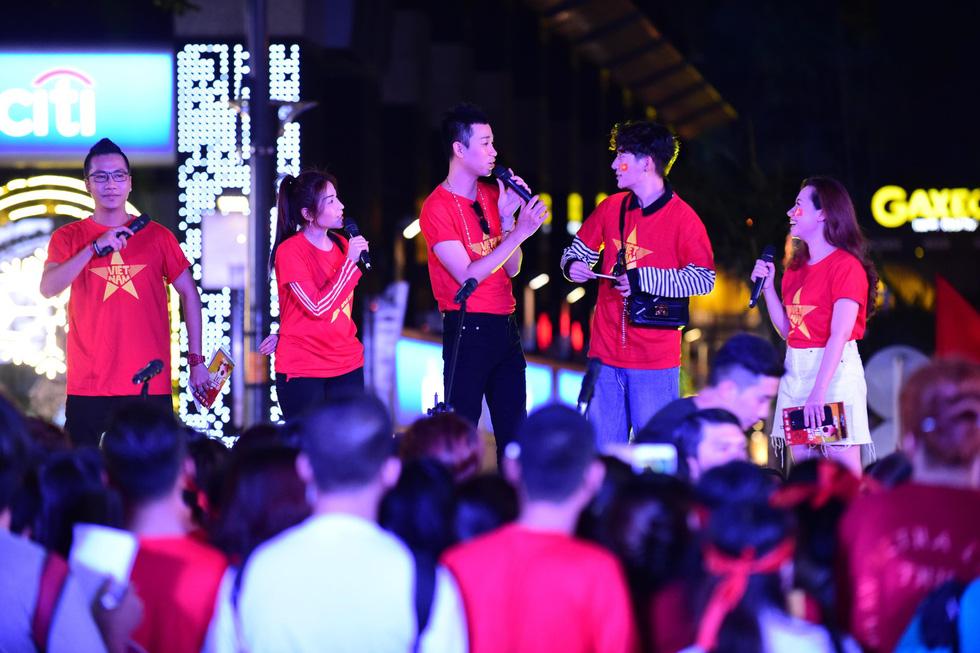 100 nghệ sĩ livestream tưng bừng phố đi bộ Nguyễn Huệ trước giờ bóng lăn - Ảnh 4.