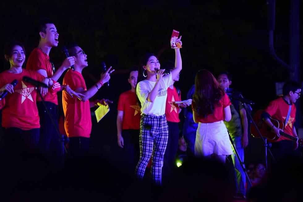 100 nghệ sĩ livestream tưng bừng phố đi bộ Nguyễn Huệ trước giờ bóng lăn - Ảnh 1.