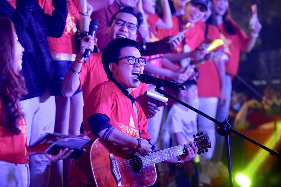 100 nghệ sĩ livestream tưng bừng phố đi bộ Nguyễn Huệ trước giờ bóng lăn - Ảnh 8.