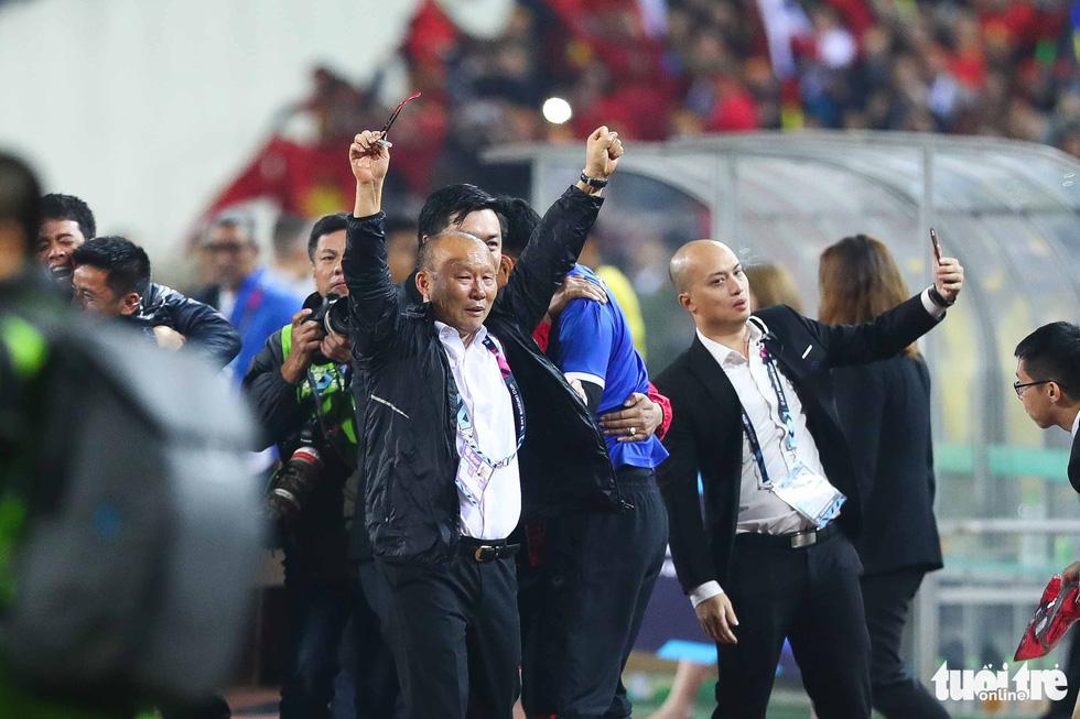 Những khoảnh khắc lịch sử của ĐT Việt Nam tại AFF cup 2018 - Ảnh 10.