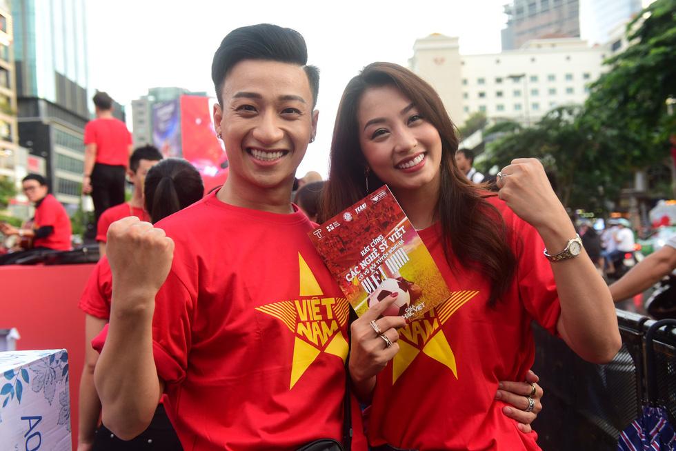 100 nghệ sĩ livestream tưng bừng phố đi bộ Nguyễn Huệ trước giờ bóng lăn - Ảnh 7.