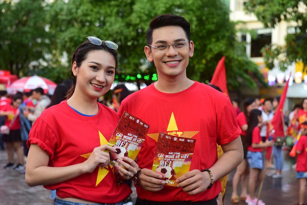 100 nghệ sĩ livestream tưng bừng phố đi bộ Nguyễn Huệ trước giờ bóng lăn - Ảnh 5.