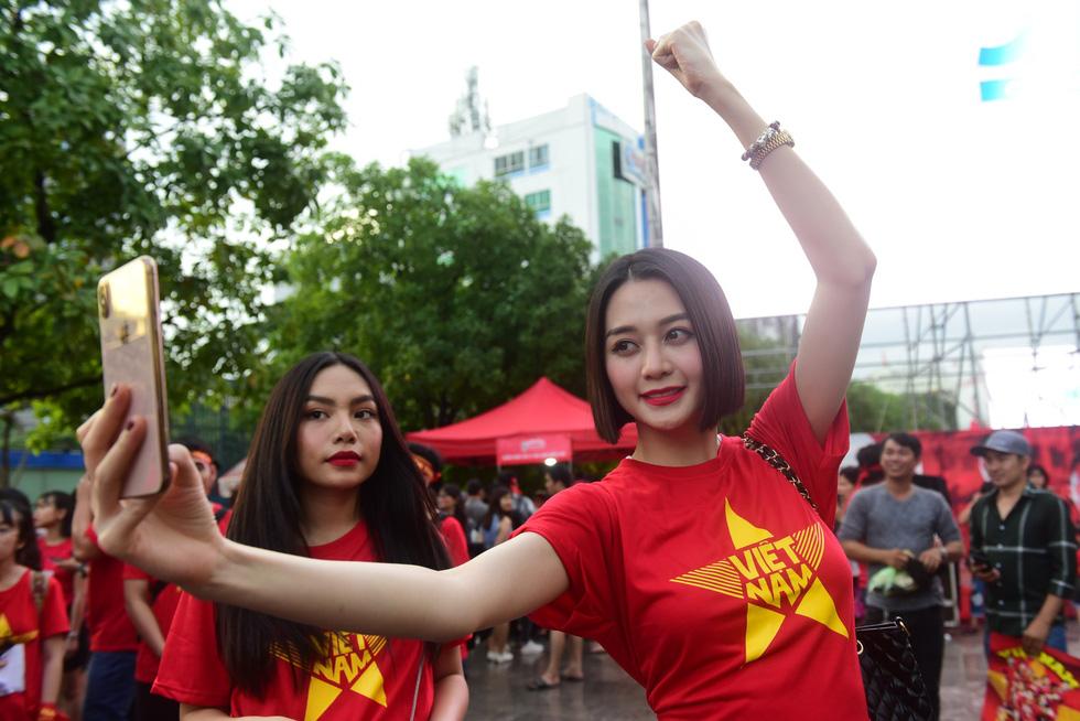 100 nghệ sĩ livestream tưng bừng phố đi bộ Nguyễn Huệ trước giờ bóng lăn - Ảnh 6.