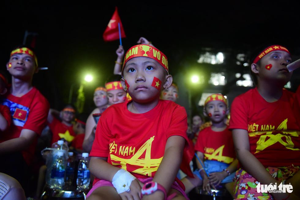 Thương quá bệnh nhi ung bướu nén cơn đau cổ vũ tuyển Việt Nam - Ảnh 5.