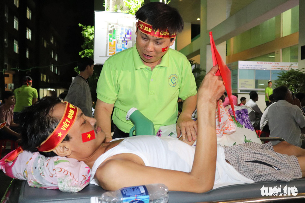 Thương quá bệnh nhi ung bướu nén cơn đau cổ vũ tuyển Việt Nam - Ảnh 7.