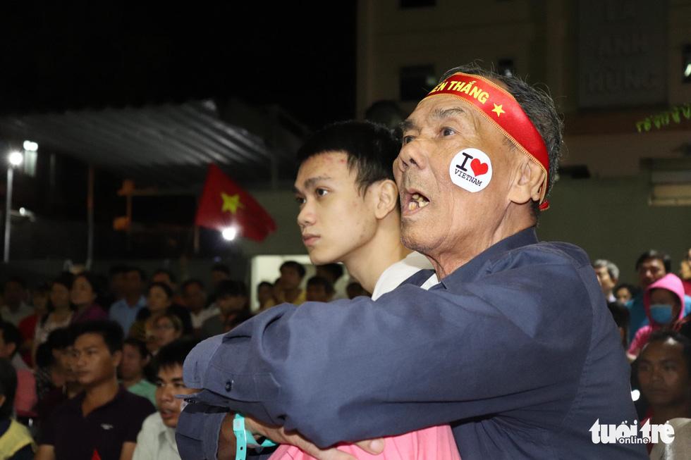 Thương quá bệnh nhi ung bướu nén cơn đau cổ vũ tuyển Việt Nam - Ảnh 8.