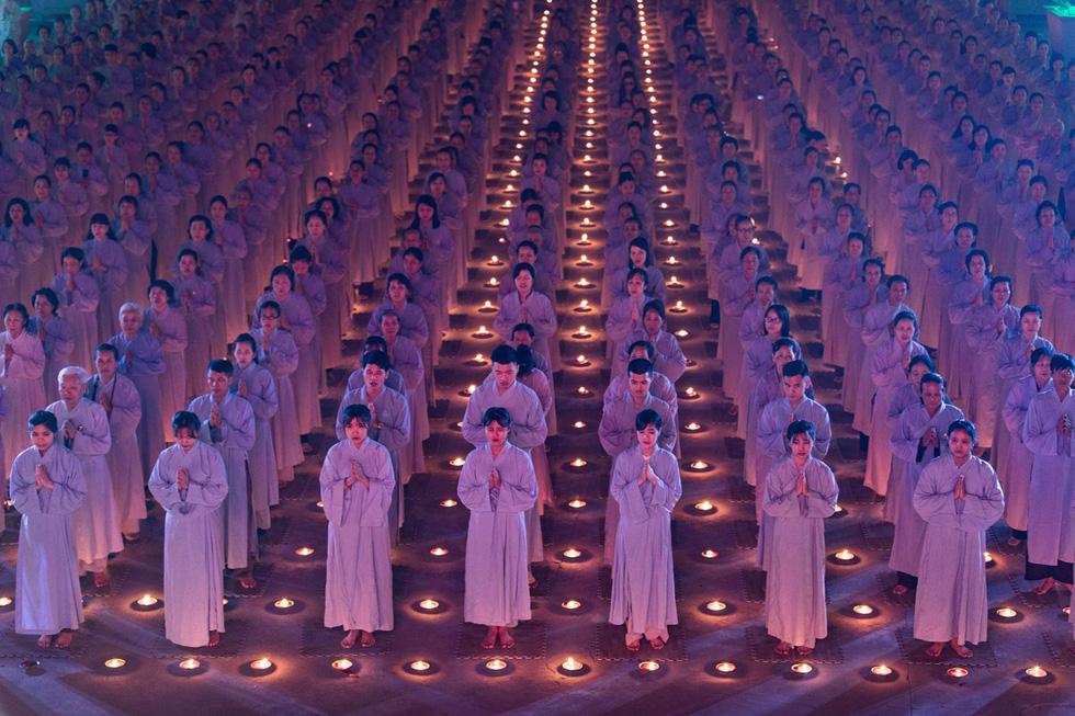 Phật tử cầu nguyện vào top 70 ảnh đẹp nhất năm của NatGeo - Ảnh 1.