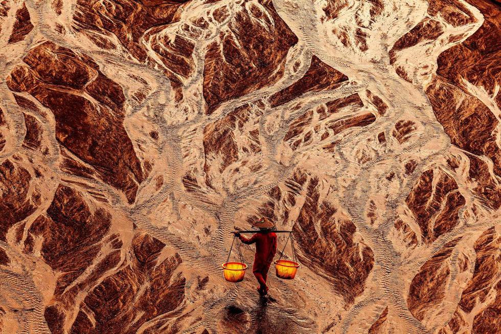 Phật tử cầu nguyện vào top 70 ảnh đẹp nhất năm của NatGeo - Ảnh 15.