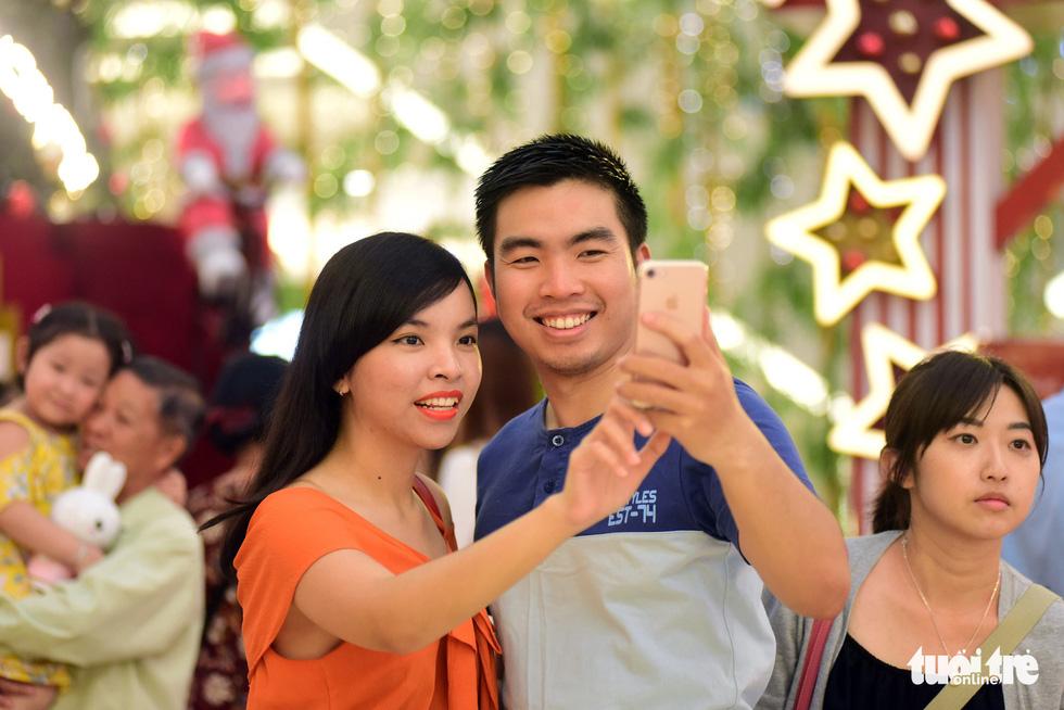 Sài Gòn lên đèn, bạn trẻ lên đồ đón Giáng sinh - Ảnh 3.