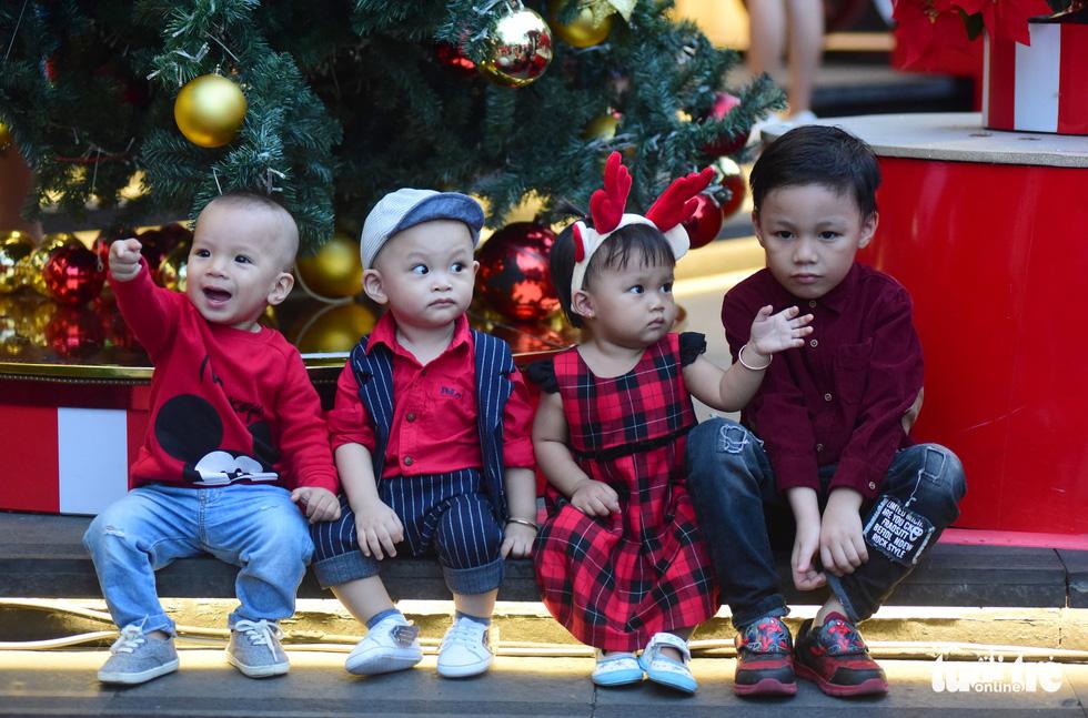 Sài Gòn lên đèn, bạn trẻ lên đồ đón Giáng sinh - Ảnh 9.