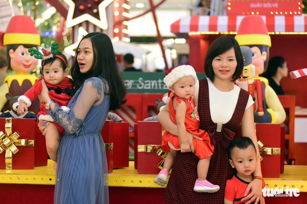 Sài Gòn lên đèn, bạn trẻ lên đồ đón Giáng sinh - Ảnh 10.