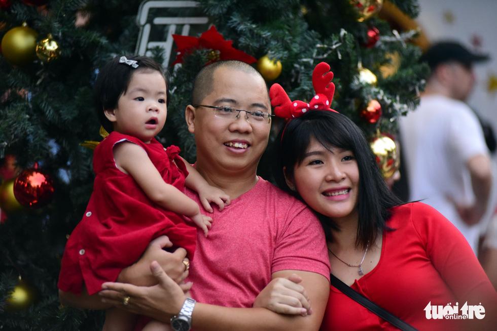 Sài Gòn lên đèn, bạn trẻ lên đồ đón Giáng sinh - Ảnh 7.