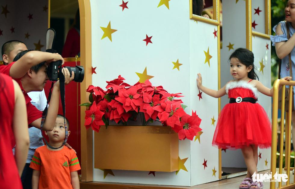 Sài Gòn lên đèn, bạn trẻ lên đồ đón Giáng sinh - Ảnh 8.